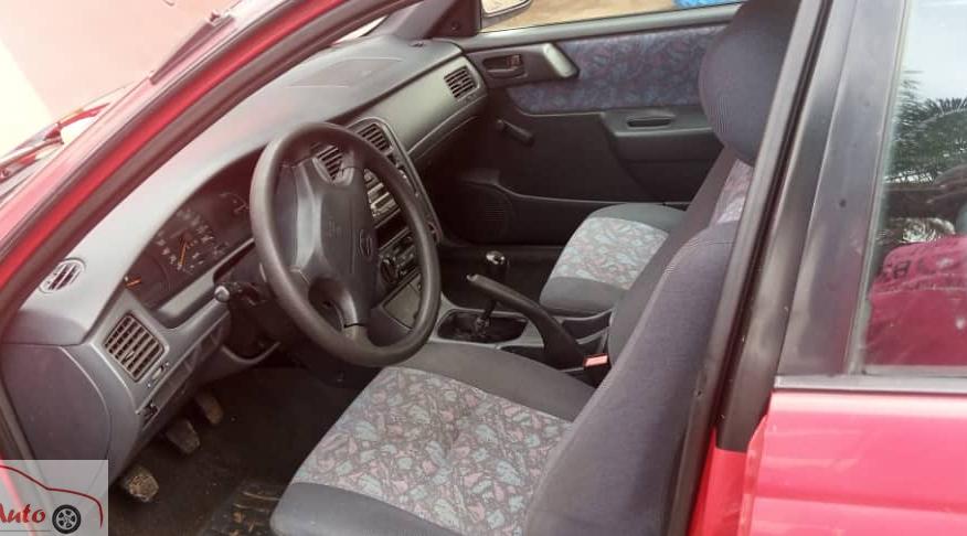Deux (2) Toyota Carina E 2005 (couleurs rouge et b